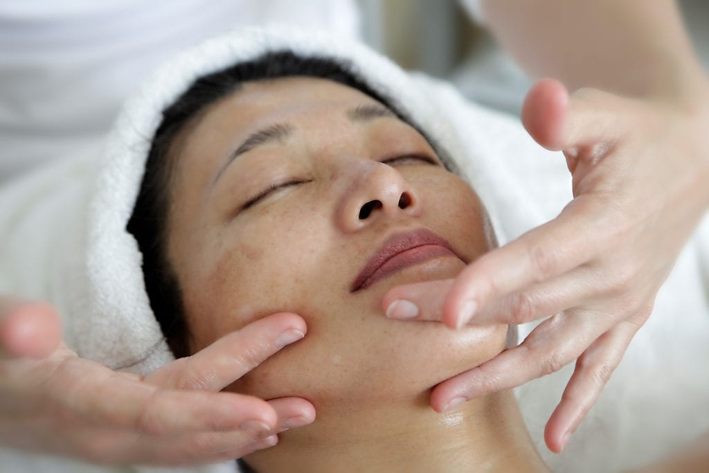 Woman having a HI-KI Natural Face-lift Massage